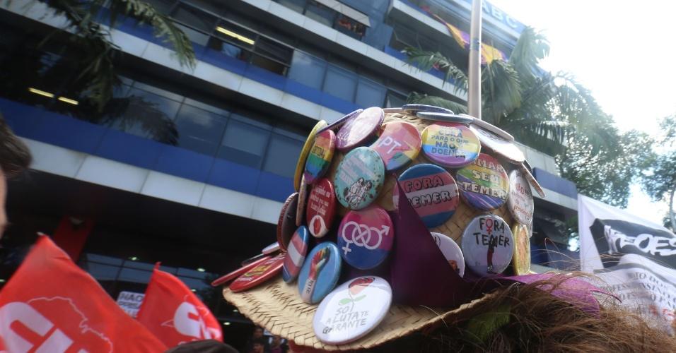 6.abr.2018 -  Manifestante em Frente ao Sindicato dos Metalúrgicos do ABC usa chapéu com broches de diferentes movimentos sociais