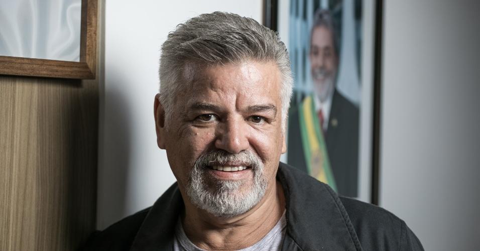 17.abr.2018 - Wagner Santana, presidente do Sindicato dos Metalúrgicos do ABC, em São Bernardo do Campo, à frente de quadro com a foto do ex-presidente Luiz Inácio Lula da Silva