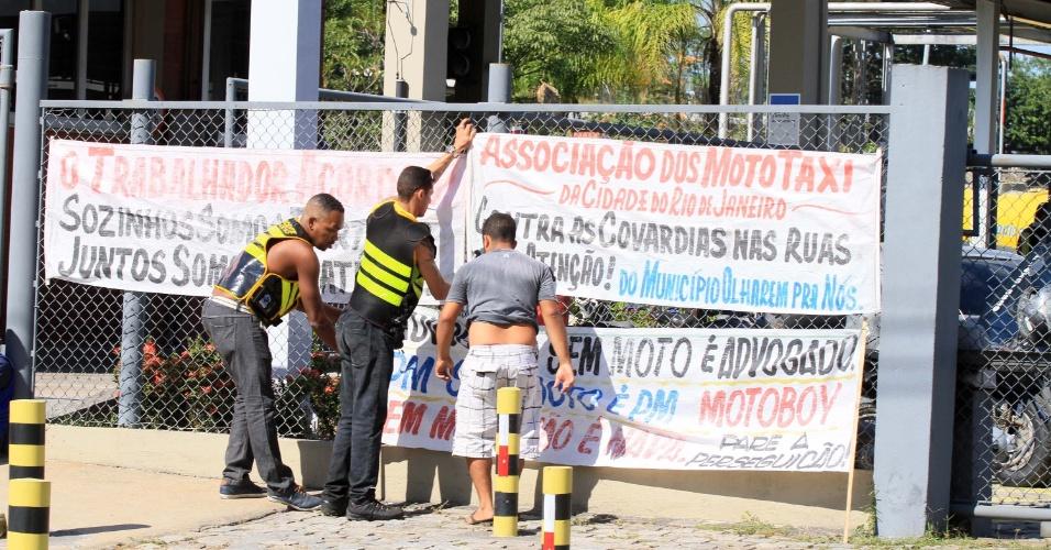 Manifestantes em frente à Reduc, em Duque de Caxias (RJ), nesta segunda-feira (28), em apoio à greve dos caminhoneiros. As Forças Armadas estão no local escoltando e permitindo a saída de caminhões-tanque