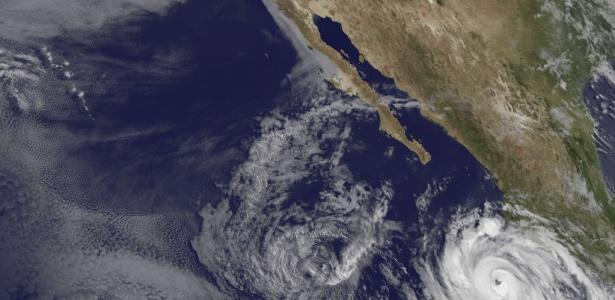Imagem de satélite mostra a atividade de furacões no pacífico norte, a oeste do México. O furacão Bud se fortaleceu na segunda-feira em uma tempestade de categoria três no Pacífico, na costa mexicana