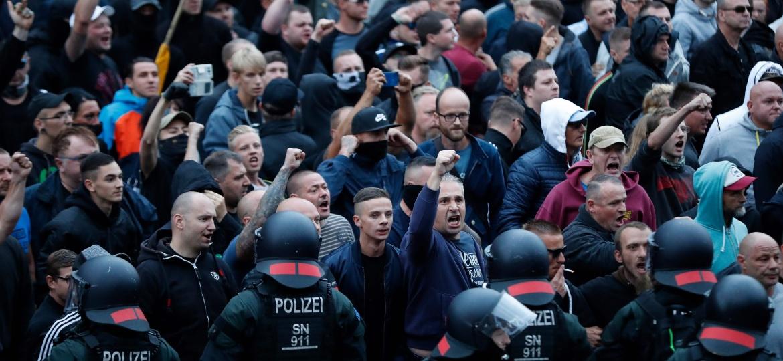 Manifestantes da extrema-direita alemã se concentram em Chemnitz e protestam contra estrangeiros, após um alemão ter sido esfaqueado durante briga de imigrantes - Odd ANDERSEN / AFP