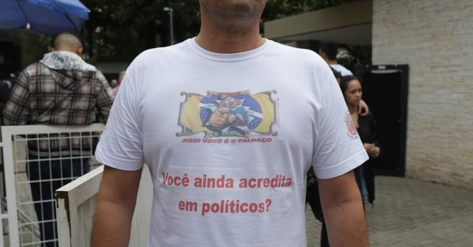 28.out.2018  - Eleitor usa camiseta em forma de protesto durante votação no Mackenzie, região central de São Paulo