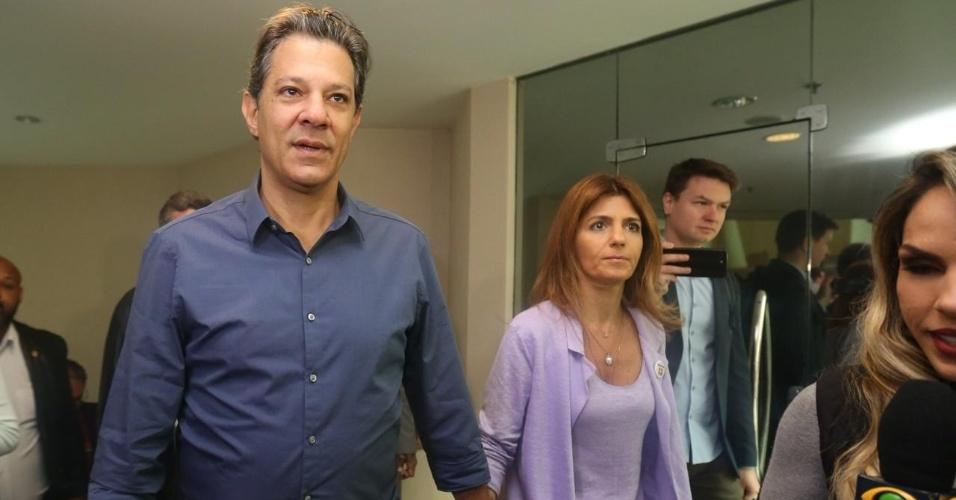 28.out.2018 - O candidato à Presidência da República Fernando Haddad (PT) chega ao Hotel Pestana ao lado da esposa, Ana Estela Haddad, para café da manhã e entrevista coletiva