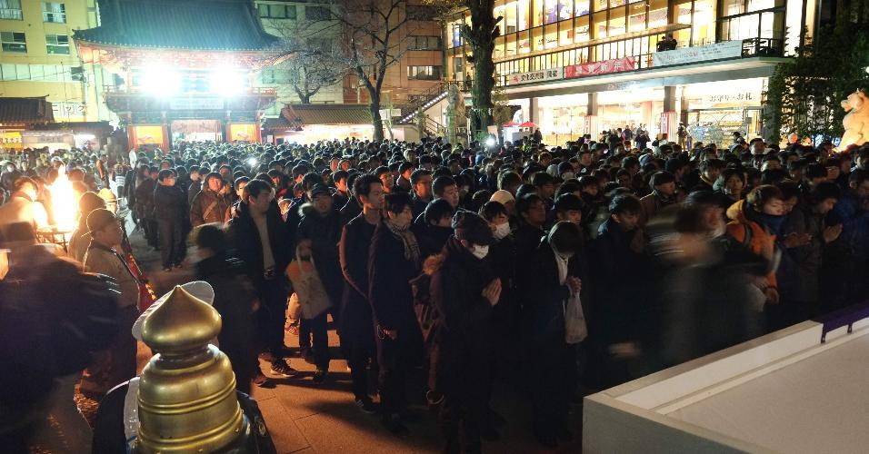 31.dez.2018 - Multidão visita o templo Kanda Myojin, em Tóquio, para rezar e comemorar a passagem do ano no Japão