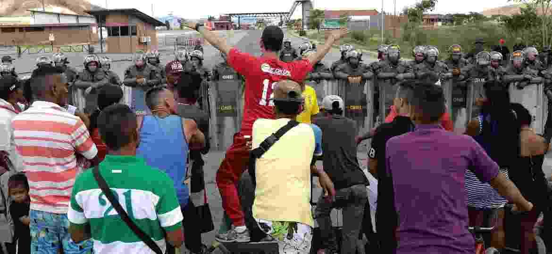 22.fev.2019 - Venezuelanos pedem para atravessar a fronteira, bloqueada pela guarda nacional da Venezuela, com o Brasil - Ricardo Moraes/Reuters