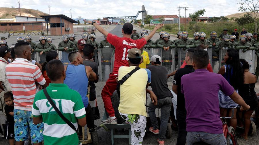 22.fev.2019 - Venezuelanos pedem para atravessar a fronteira com o Brasil, bloqueada pela guarda nacional da Venezuela - Ricardo Moraes/Reuters