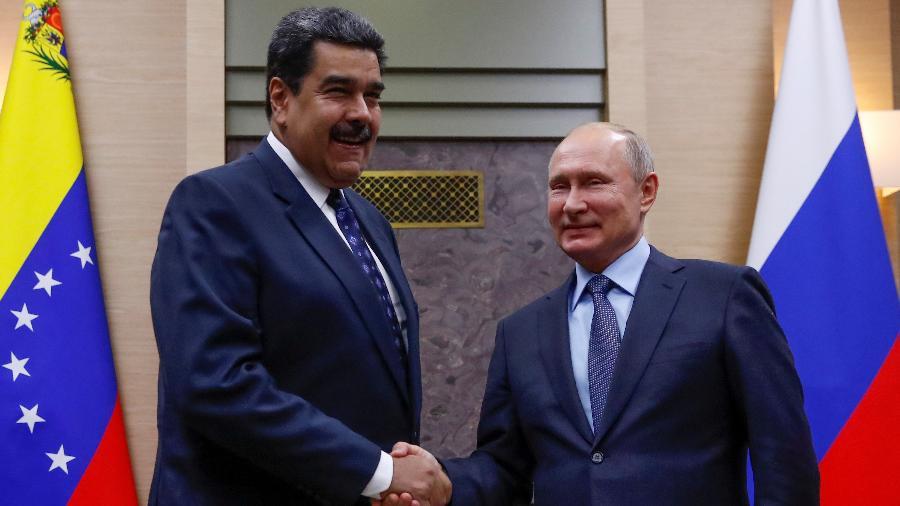 5.dez.2018 - O presidente russo, Vladimir Putin aperta a mão de seu colega venezuelano Nicolás Maduro durante uma reunião na residência do estado de Novo-Ogaryovo nos arredores de Moscou, Rússia - Maxim Shemetov/Reuters