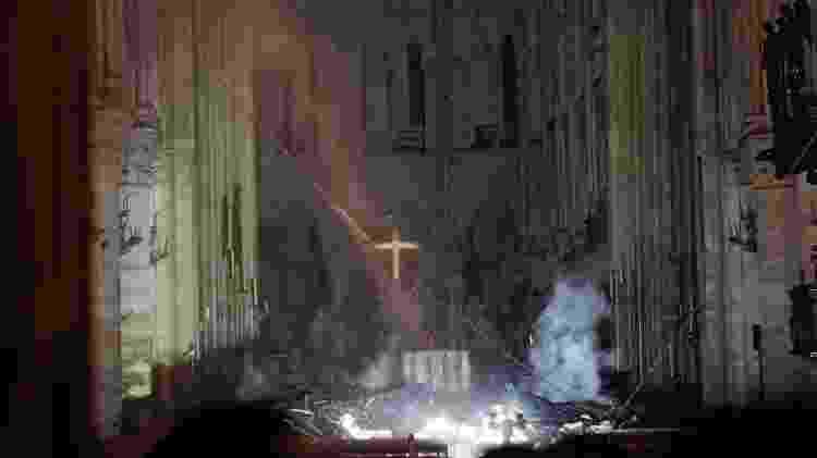 Altar e cruz no interior da catedral de Notre-Dame, em Paris, permaneceram intactos após o incêndio - Philippe Wojazer/Pool/AFP