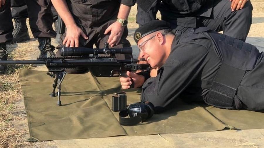 Wilson Witzel (PSC), governador do Rio, usa farda do Bope e simula ação de sniper - Reprodução