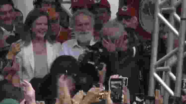 Lula beija a namorada ao deixar a prisão - Reprodução