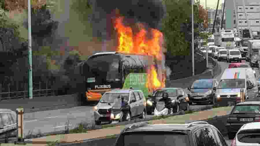 Ônibus pegou fogo nos arredores de Paris, na França - Reprodução/Info Trafic IDF