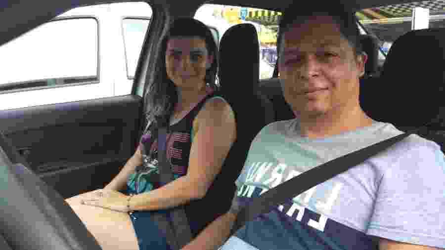 O casal Rafaela Machado e Elisangelo Sena divide o carro para fazer, cada um, jornadas de 12 horas diárias em aplicativos de transporte, como Uber e 99 - BBC