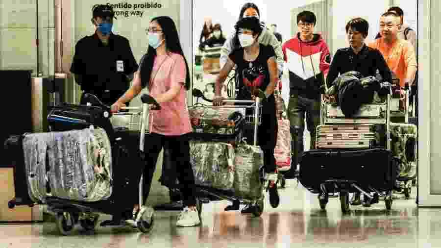Coronavírus: Movimentação no Aeroporto Internacional de São Paulo em Guarulhos após chegada de voo chinês - Fepesil/TheNews2/Agência O Globo