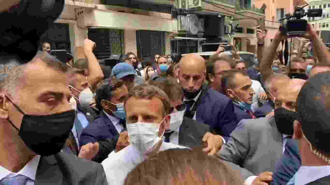 6.ago.2020 - O presidente francês, Emmanuel Macron, gerou aglomeração e tumulto em visita a Beirute, no Líbano, após explosão que devastou parte da cidade - Twitter/Quentin Sommerville