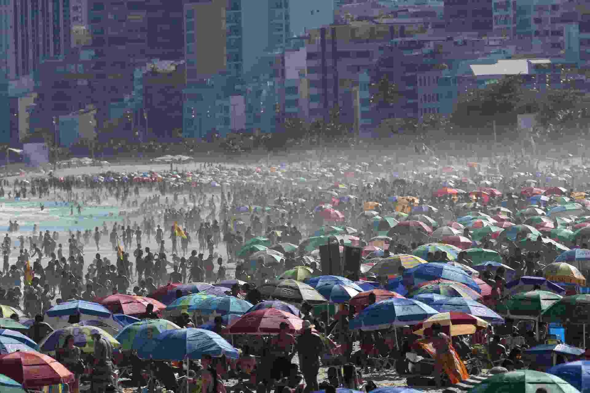 30.ago.2020 - Praia de Ipanema, na zona sul do Rio, também ficou lotada neste domingo (30), mesmo com decreto municipal proibindo a permanência na areia - Wilton Júnior/Estadão Conteúdo