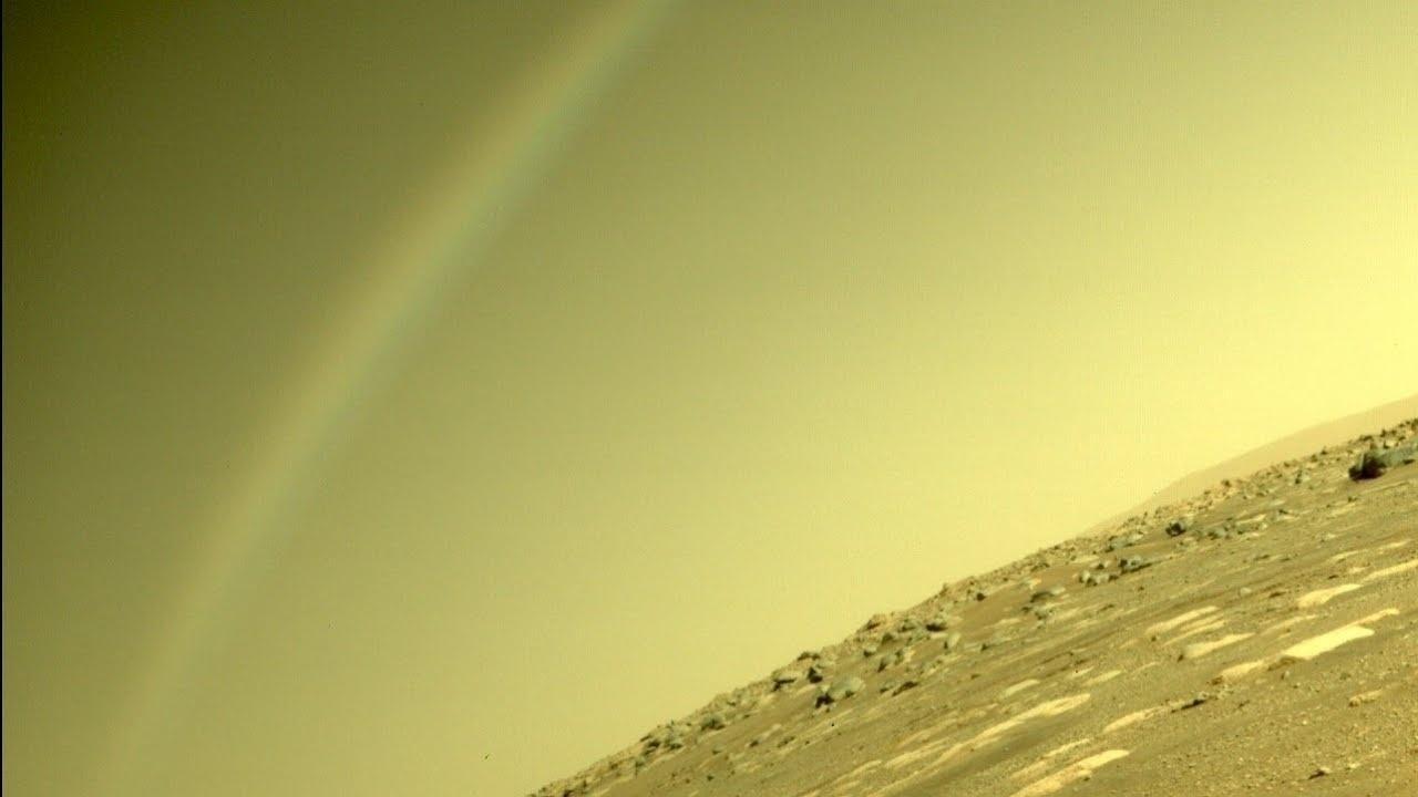 """Registro feito pela Perseverance no início de abril mostra o que parece ser um arco-íris em Marte - o que seria impossível, uma vez que a fina atmosfera do planeta não possui nuvens com gotas d'água para permitir o fenômeno. Segundo uma explicação do Laboratório de Propulsão a Jato (JPL), da Nasa ao site """"Futurism"""", ele foi provocado por reflexo da câmera - NASA/JPL-Caltech"""