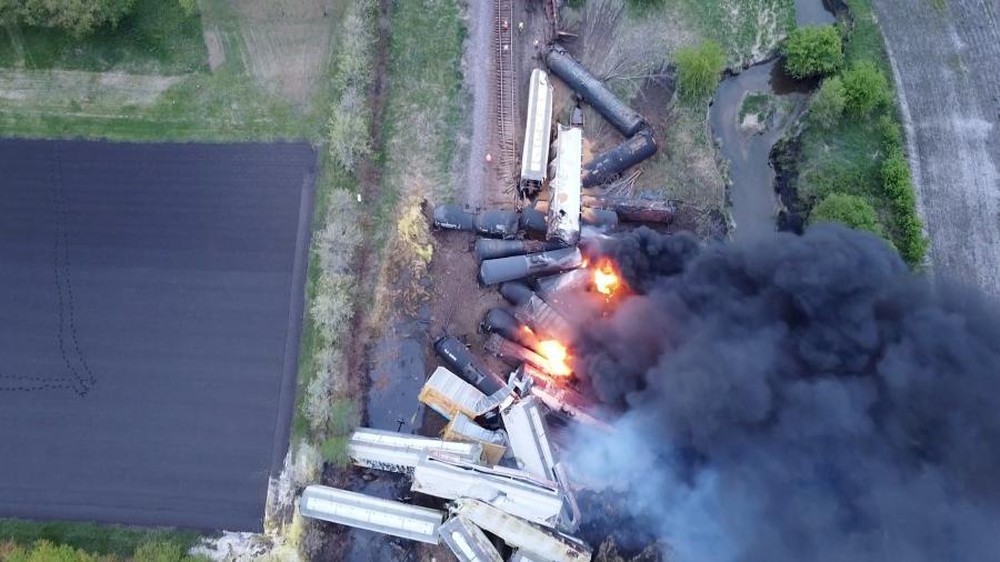 16.mai.2021 - Vagões após descarrilamento em Sibley, Iowa (EUA). O trem transportava amônia e fertilizantes. Não houve feridos - NATHAN MINTEN/REUTERS