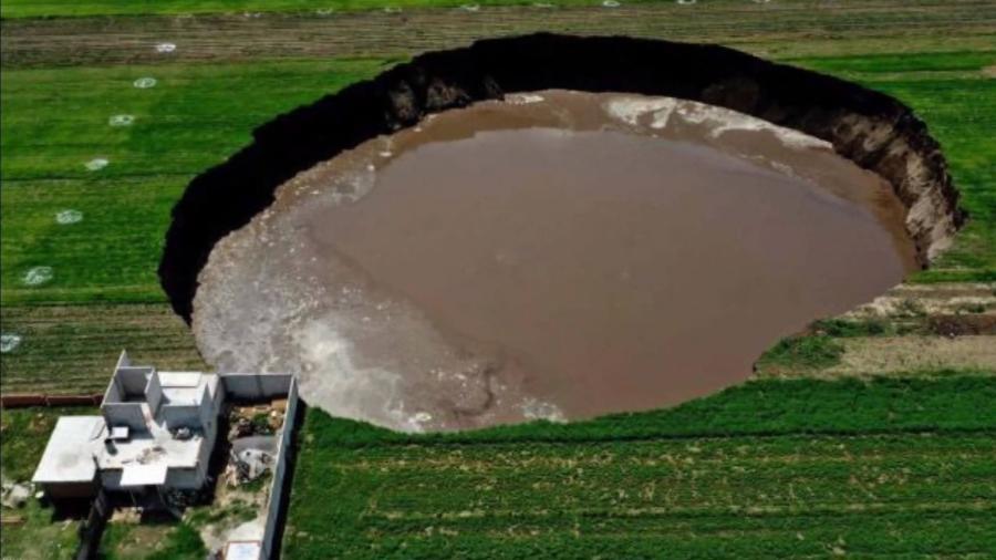 Buraco chegou hoje ao tamanho de 80 metros, alarmando moradores de área rural no México  - Reprodução/Youtube/ News 12AM