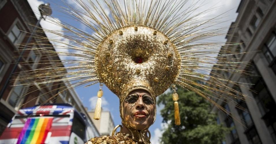 27.jun.2015 - Ativista usa fantasia dourada durante Parada Gay em Londres, na Inglaterra, no Reino Unido
