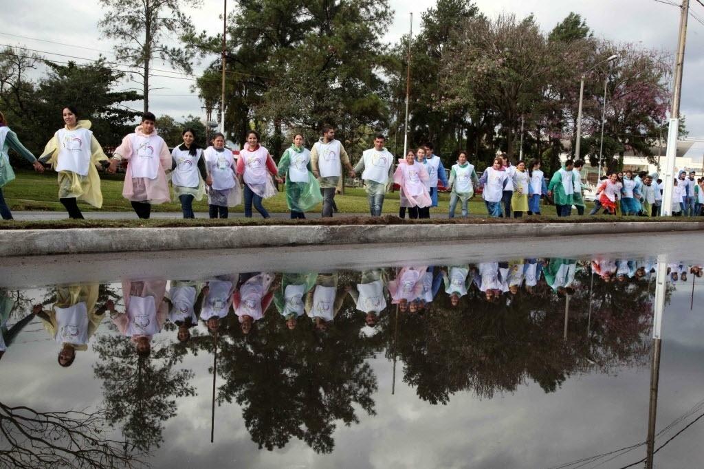 10.jul.2015 - Fiéis aguardam a chegada do papa Francisco perto do Aeroporto Internacional Silvio Pettirossi, em Assunção (Paraguai). Milhares de jovens voluntários formaram uma corrente humana para escoltar o papamóvel pelas ruas da capital do Paraguai