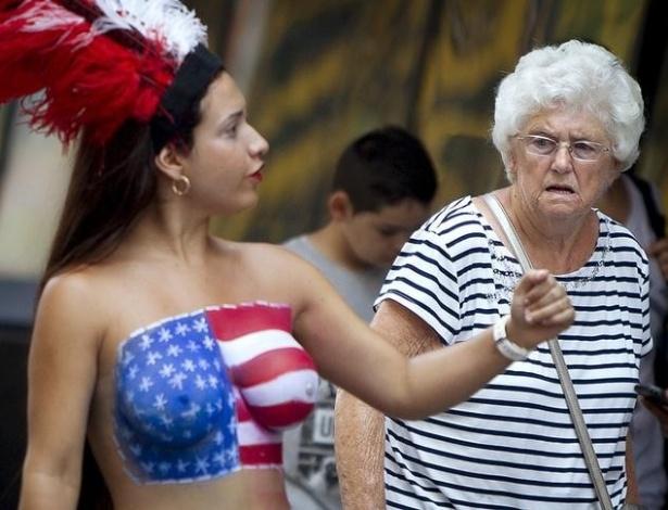 Artista de rua atraindo olhares na Times Square, em Nova York - Carlo Allegri/Reuters