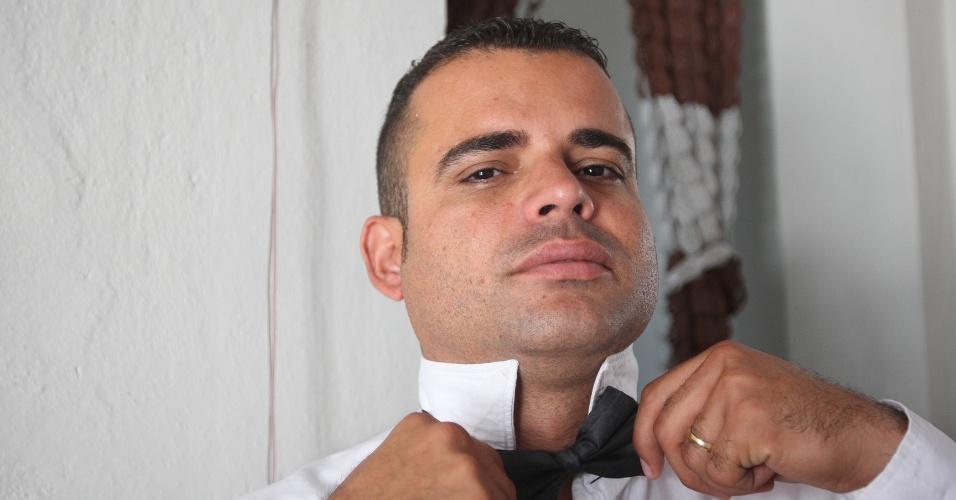 15.out.2015 - Jairo de Freitas se veste como um garçom para vender água na rua, com calça e camisa social, além da gravata borboleta