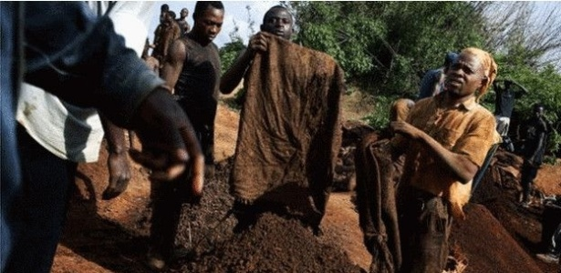 Mineiros trabalhando em condições perigosas ganham alguns dólares