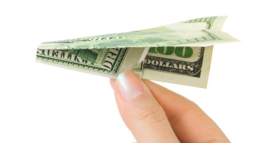 Passagem aérea, promoção, bilhete aéreo, avião, dinheiro em formato de avião; aviãozinho de dinheiro