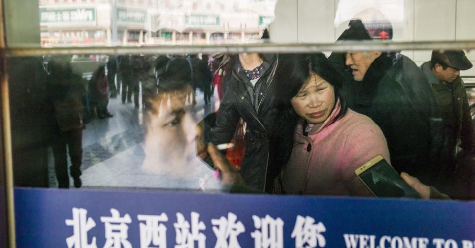 29.jan.2016 - Chineses aguardam embarque em trens em estação de trem de Pequim. O fluxo de viagens no país por conta das comemorações do Ano Novo lunar deve ser a maior movimentação humana do planeta.