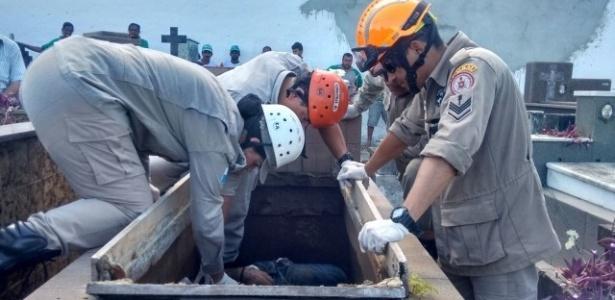 Bombeiros resgatam homem que foi jogado dentro de túmulo em cemitério de Campos