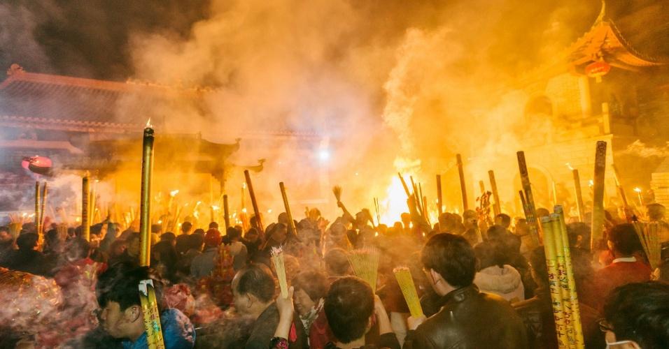 8.fev.2016 - Começou nesta segunda o ano do Macaco para os chineses, com queima de incensos no templo de Yuanmingyuan, em Huizhou, no sul da China. Por causa das diferenças entre calendários solar (como o Gregoriano) e lunar (como o chinês), o Ano Novo Lunar acontece em diferentes datas a cada ano