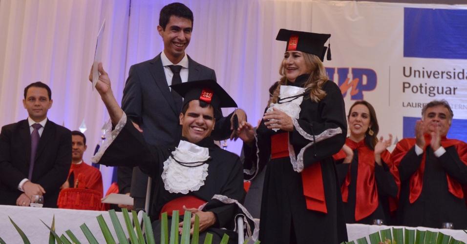 Cego e com paralisia cerebral, jovem se forma em direito em faculdade de Natal (RN)