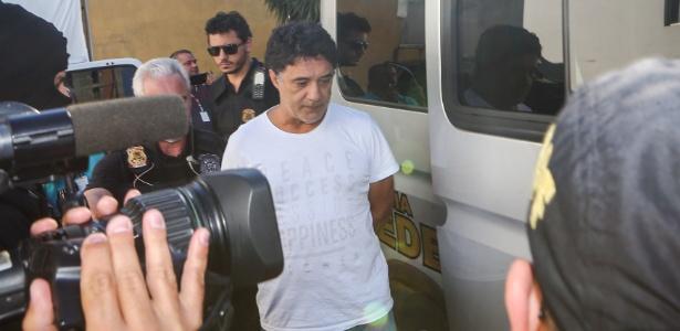 Silvinho do PT é levado por policiais federais, no dia 1 de abril