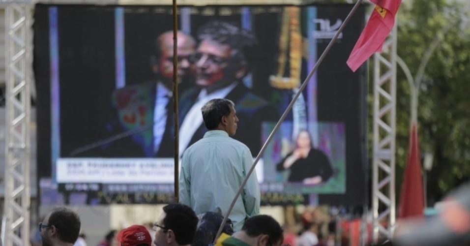 17.abr.2016 - Manifestante acompanha votação dos deputados federal sobre o processo de impeachment da presidente Dilma Rousseff, no Vale do Anhangabaú, no centro de São Paulo
