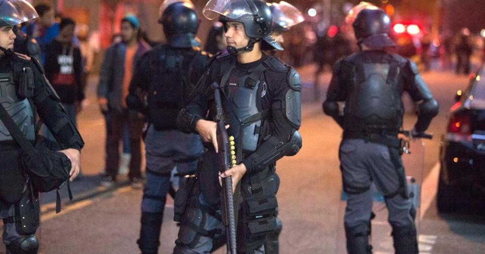 6.mai.2016 - Policiais Militares realizam reintegração de posse no Centro Paula Souza, região central de São Paulo, ocupado por estudantes em protesto contra a falta de merenda