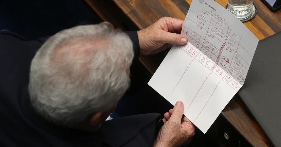11.mai.2016 - Senador Otto Alencar (PSD-BA) lê tabela com previsão de votos contra e a favor da admissibilidade do processo de impeachment de Dilma Rousseff. Segundo o documento, a oposição teria ao menos 54 votos para dar continuidade ao processo. O Senado Federal vota nesta quarta-feira se afasta a presidente por até 180 dias
