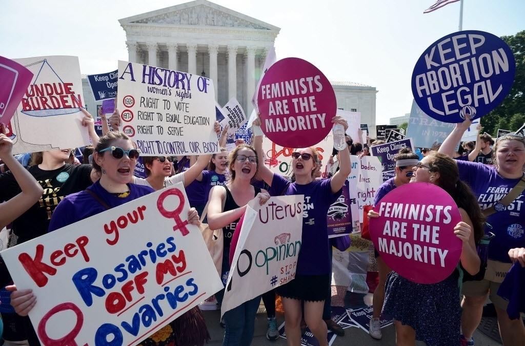 27.jun.2016 - Ativistas pelo direito ao aborto comemoram após uma decisão da Suprema Corte dos Estados Unidos derrubar uma lei do Texas colocando restrições sobre clínicas que realizam o procedimento. O aborto é legal no país desde 1973
