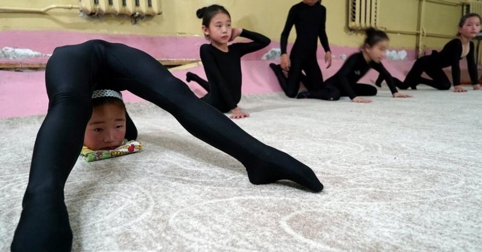 7.jul.2016 - Criança mostra truque de contorcionismo em uma escola preparatório em Ulaanbaatar, na Mongólia