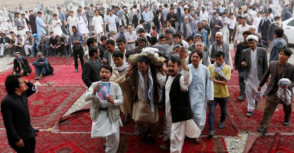 24.jul.2016 - Homens carregam caixão de vítima antes da cerimônia de sepultamento um dia depois do ataque suicida em Cabul, capital do Afeganistão, que deixou mais de 80 mortos