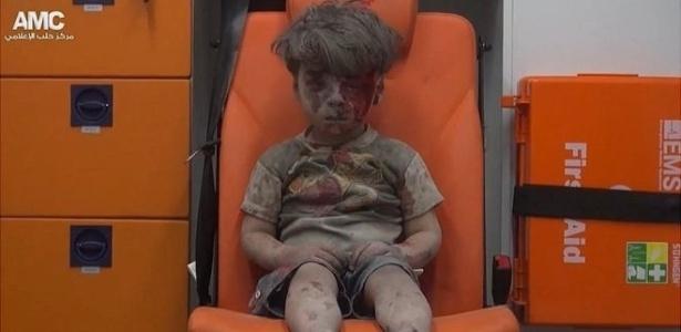 Imagem do menino foi captada após resgate em prédio bombardeado em Aleppo