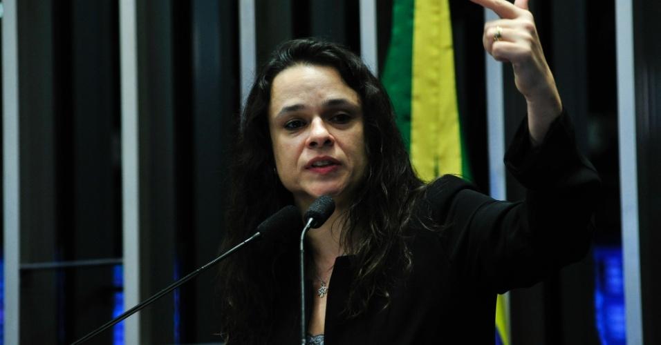 """30.ago.2016 - A advogada Janaina Paschoal, autora do pedido de impeachment da presidente afastada, Dilma Rousseff, afirmou durante o julgamento do impeachment de Dilma Rousseff no Senado, que """"sofreu"""" por pedir o impedimento da primeira presidente mulher do Brasil. Mas afirmou em seguida que """"ninguém pode ser protegido por ser mulher"""""""