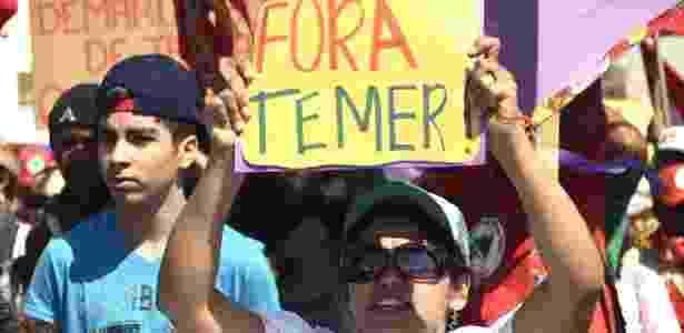 Manifestantes segura cartaz contra o governo Temer em Brasília - Iano Machado/UOL