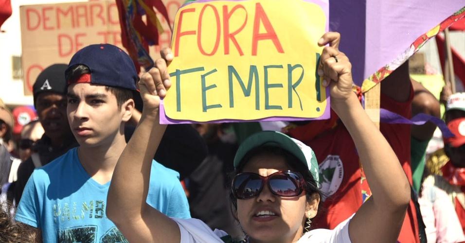 7.set.2016 - Manifestantes segura cartaz durante protesto contra o governo Temer em Brasilia