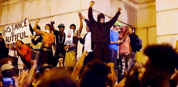 Terceiro dia de protestos em Charlotte (EUA); prefeito decretou toque de recolher