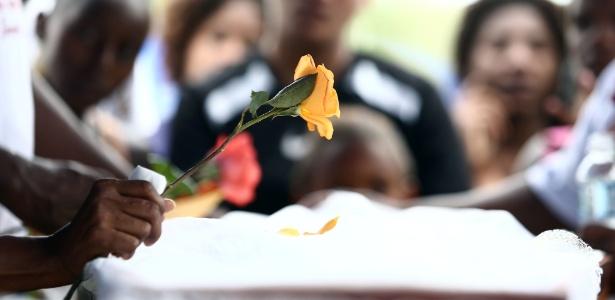 Familiares e amigos acompanham o sepultamento do corpo de Leonardo Martins Silva Júnior, um dos sete mortos na favela Cidade de Deus