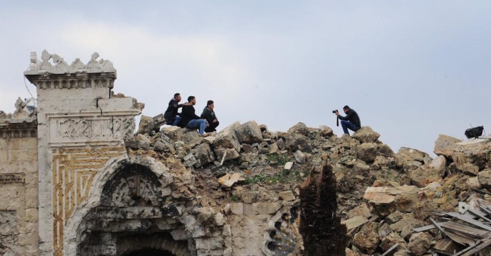 17.dez.2016 - Grupo de amigos tira fotos em ruína da cidade de Aleppo, na Síria, um dos principais campos de batalha entre rebeldes e forças leais ao presidente Bashar al-Assad