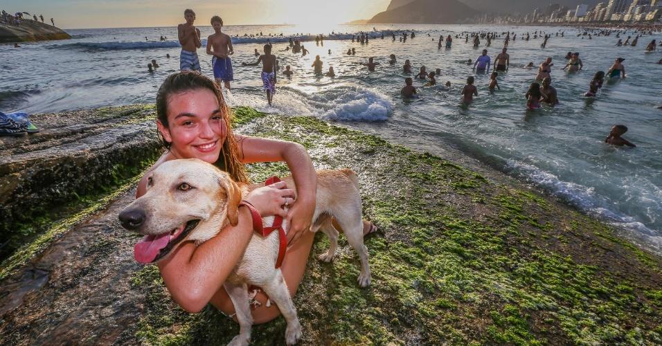 """27.dez.2016 - A estudante de direito Maria Eduarda Aquino, 20, mora no bairro de Laranjeiras, na zona sul do Rio de Janeiro, e levou o cachorro Athos, de um ano e meio, para brincar na praia do Arpoador, em Ipanema, também na zona sul. Chegaram no fim da tarde e só saíram quando já havia escurecido. """"É bom [para o cão] porque a praia fica mais vazia e a água mais calma"""", disse"""