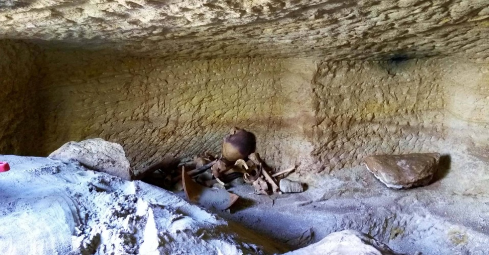 11.jan.2017 - COMPLEXO DE CEMITÉRIOS - Um esqueleto é visto em um dos 12 cemitérios descobertos por arqueólogos suecos na cadeia de montanhas Gabal al-Silsila, perto da cidade de Aswan, no sul do Egito. Os cemitérios datam de quase 3.500 anos e remetem à época do Novo Império. Os locais teriam sido usados durante os reinados dos faraós Tutmés 3º e Amenhotep 2º. Alguns eram destinados para animais e continham uma ou duas câmaras com caixões de pedra ou de barro. Exames iniciais revelaram diversos cadáveres completos, com evidências de desnutrição e fraturas que seriam resultado de trabalho pesado. A descoberta pode ajudar historiadores a compreender melhor a saúde do Egito antigo