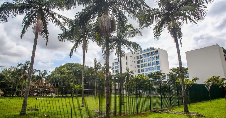 """Conhecida como """"prainha"""", uma área verde de uso dos estudantes também foi isolada pelas grades instaladas ao redor do prédio da reitoria"""