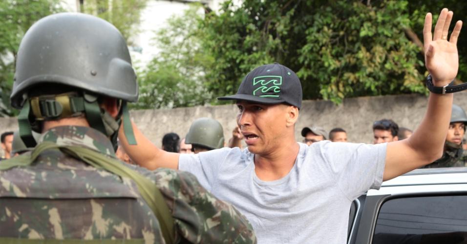 7.fev.2017 - Exército aborda policial militar que estava de folga e participava da manifestação junto das famílias dos PMs